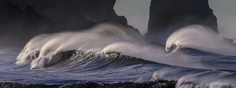 Brechende Wellen vor Küste