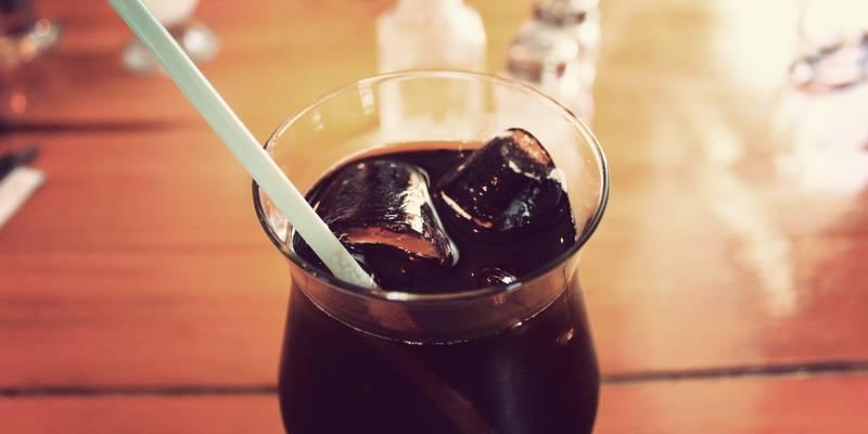 Cola mit Strohhalm