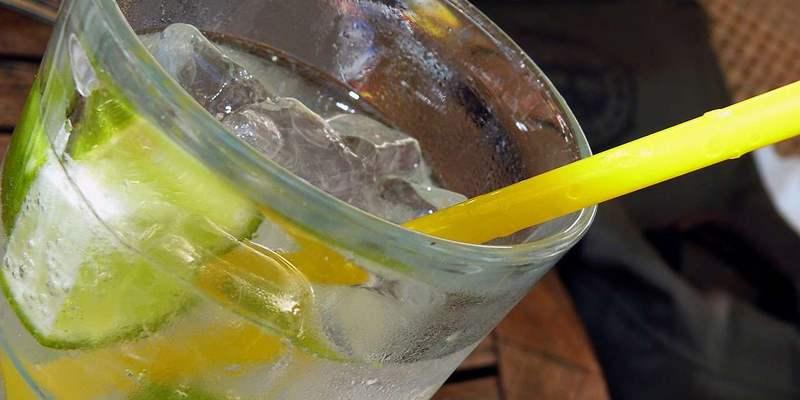 Strohhalm im Cocktail